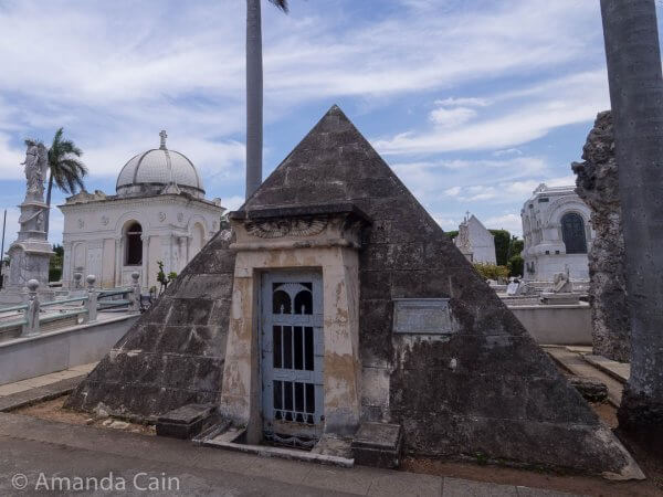 Here you have an Ancient Egyptian themed tomb in Cristobal Colon Cemetery.